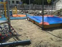 Tuż obok dziecięcych zabawek wciąż trwa budowa przedszkola