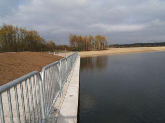 Jeden z brzegów jest umocniony i chroniony barierką / fot. targowek.info