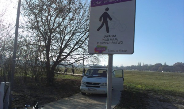Znak stanął na początku ścieżki przy Gilarskiej / fot. targowek.info