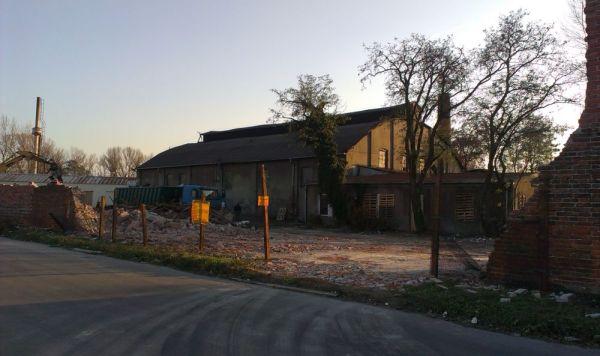 Wyburzenie pawilonu odsłoniło widok na unikalną halę Huty Szkła Targówek / fot. targowek.info