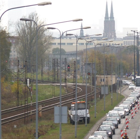 Tuż za wiaduktem tory lekko skręcają w lewo. Według planu Biura Drogownictwa, mogłyby iść pod al. Solidarności do samego pl. Wileńskiego / fot. targowek.info