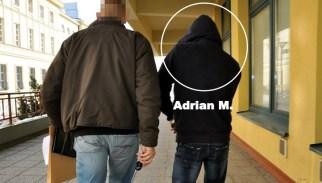 Adrian M. w towarzystwie policjanta (zdjęcie z listopada 2012 r.)