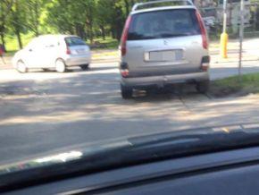 Oba zdjęcia dostaliśmy od czytelnika Marcina. Na tym widać, jak kierowcy rozjeżdżają pas zieleni