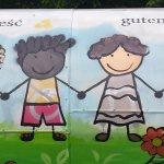 Na muralu są znowu czarnoskóre dzieci. Ale jakieś dziwne