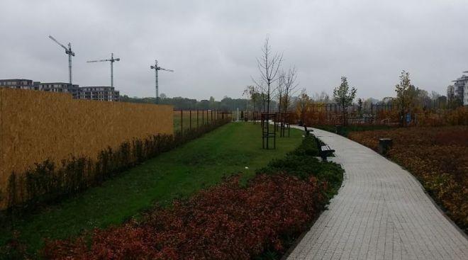 Nowy płot Dom Development na polu PGR / fot. targowek.info