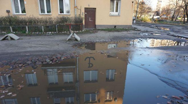 Sami mieszkańcy starają się dbać o kamienicę. Nad wejściem ktoś namalował znak Polski Walczącej / fot. targowek.info