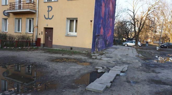 Ten chodnik to też dzieło mieszkańców. Żeby dojść suchą nogą do klatki, ułożyli płyty, które zostały podczas remontu św. Wincentego