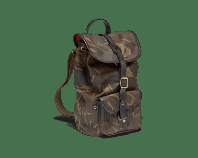 Ein mittig platzierter Croots Rucksack in Camouflage-Optik