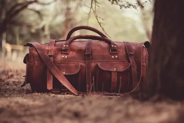 Weekender Bags neben einem Baum
