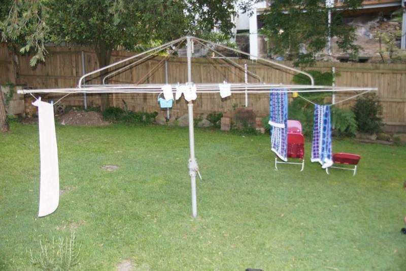 Hils hoist in a backyard