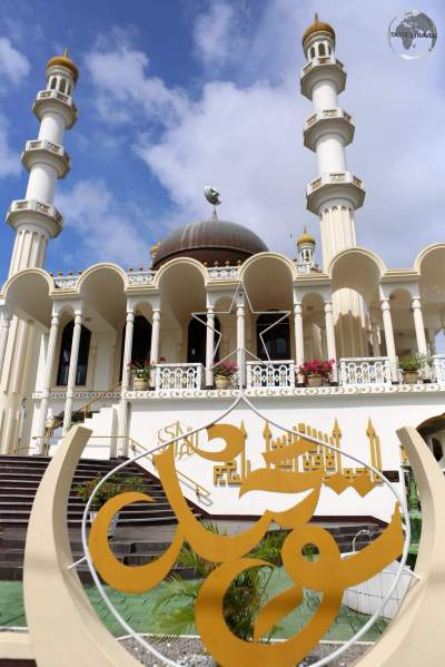 The biggest mosque in the country is located on the Keizerstraat in Paramaribo.