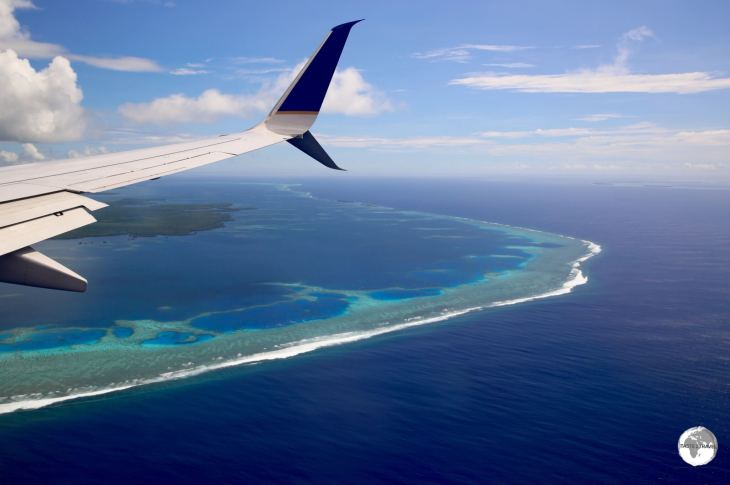 UA154 on approach to Pohnpei (PNI) passing over the fringing reef.