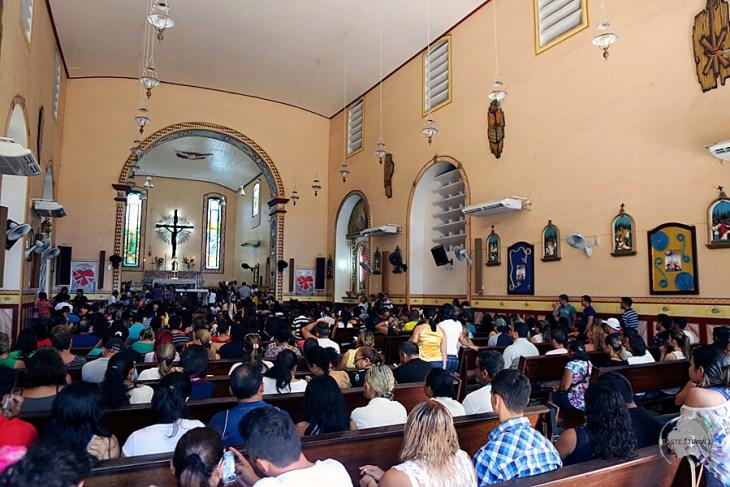 A congregation celebrating mass at the Santarém Metropolitan Cathedral.