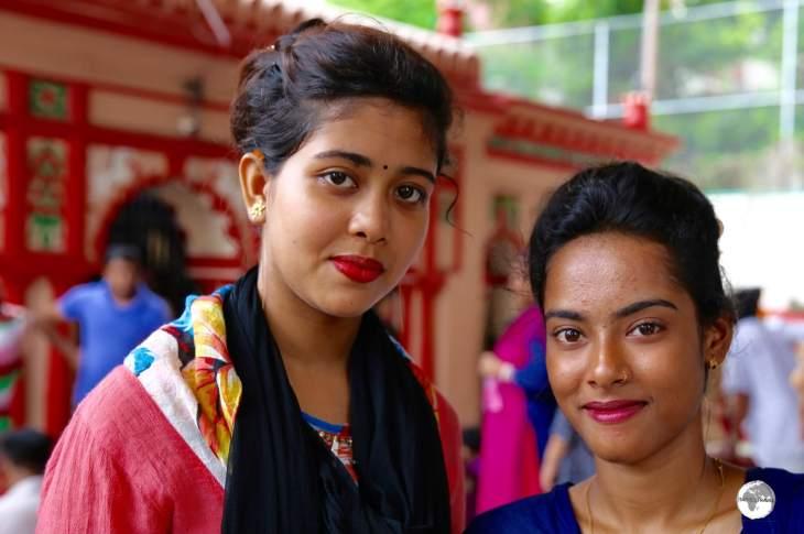 Dhaka Travel Guide: Hindu worshippers at Dhakeshwari Temple.