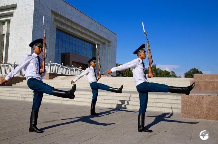 The replacement guards, from the National Guard of the Armed Forces, goose-stepping to the flagpole.