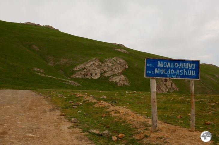 A short drive south of Lake Son-Kul, the Moldo-Ashuu pass lies at 3,346 m (10,980 ft).