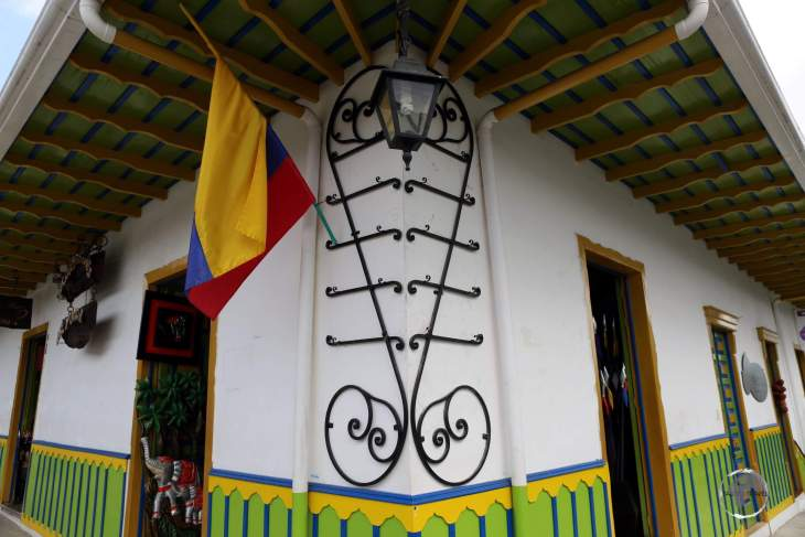 The main attraction of Salento is its traditional 'bahareque' architecture: with buildings made of mud and bamboo, which are painted white, with trims of brightly painted colours.