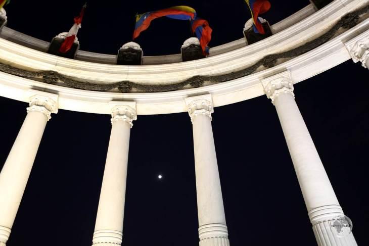 The 'Hemiciclo de la Rotonda' is a monument on the Malecon in Guayaquil which commemorates the 1822 meeting between liberators Simón Bolívar and José de San Martín.