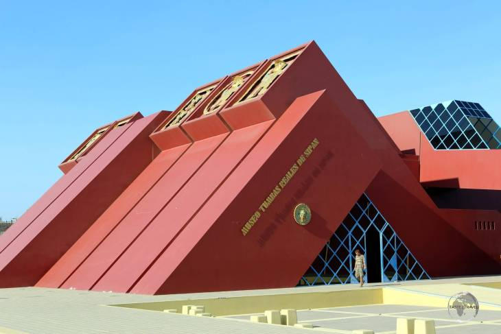 Located near Chiclayo, the 'Museo Tumbas Reales de Sipán' (Museum of the Royal Tombs of Sipán) exhibits priceless artefacts from the Moche culture.