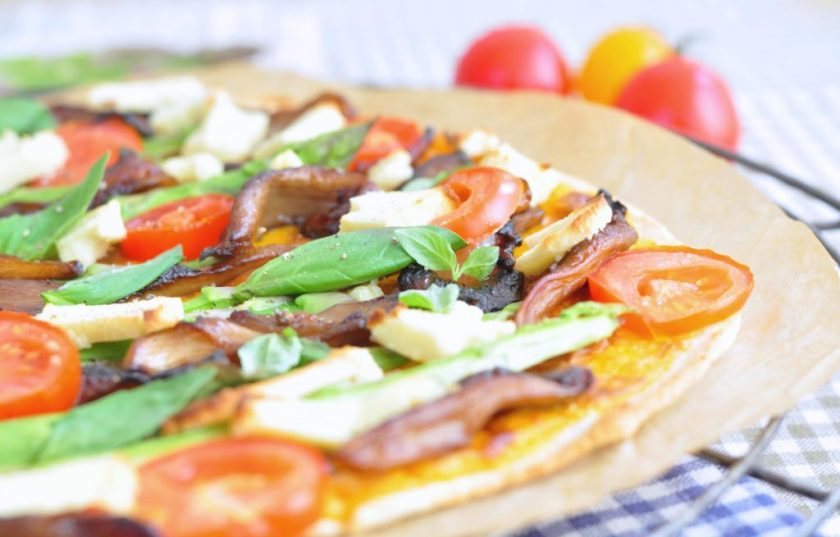 Cassava_pizza_with_cheese_sauce_and_veggies_1