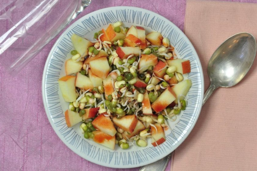 Raw_breakfast_Sprouted_mungbeans_with_apple