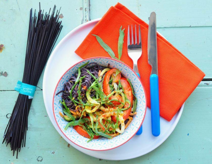 Svart_pasta_med_krispiga_grönsaker_och_glasört_3