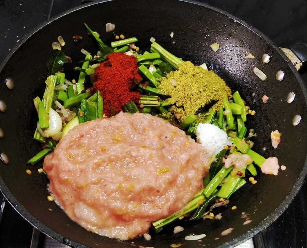 GPUM0114 Raw Mango Cluster Bean Curry/ Aam Gawar ki Sabzi/ Manga Kothavarangai Kuzhambu