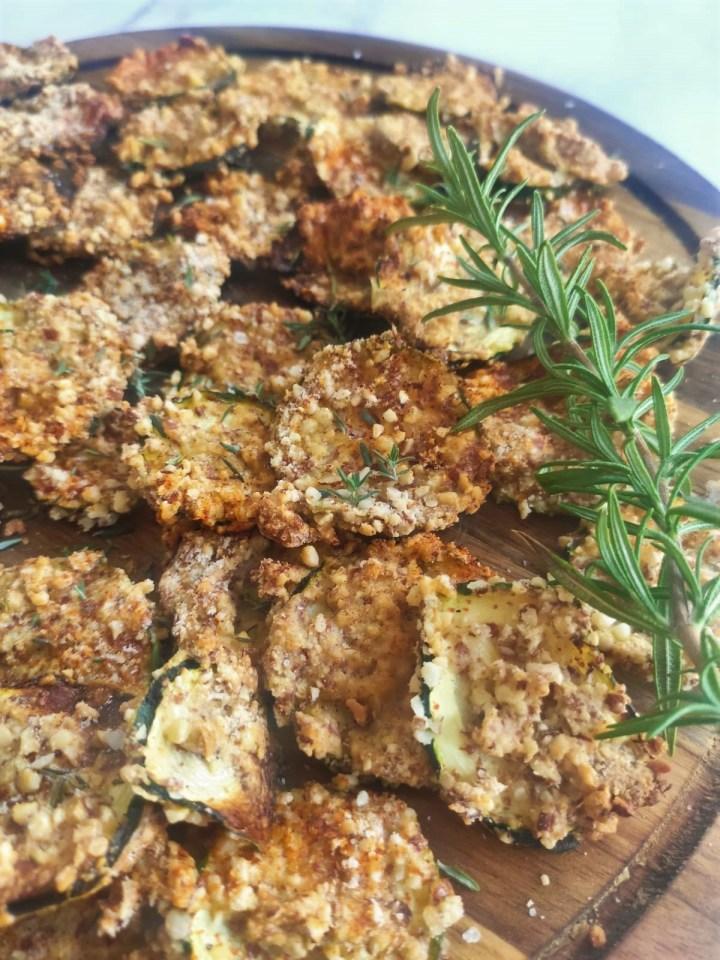 Knusprige ketogene Zucchini Parmesan Chips - Low Carb Chips Crisps, keto, keto chips, Keto Diät, ketogene Rezepte, Low Carb Chips, Low Carb Rezepte, Zucchini chips keto rezepte ketogen diät Beilage, Rezepte, Schnell & einfach, Snacks, Vegan, Vegetarisch 3