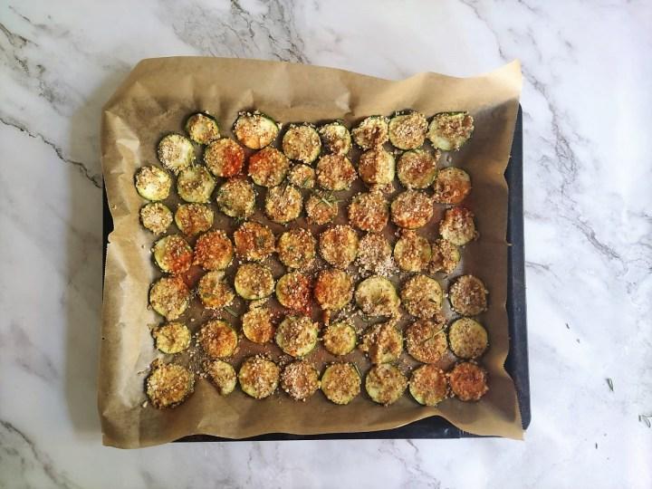 Knusprige ketogene Zucchini Parmesan Chips - Low Carb Chips Crisps, keto, keto chips, Keto Diät, ketogene Rezepte, Low Carb Chips, Low Carb Rezepte, Zucchini chips keto rezepte ketogen diät Beilage, Rezepte, Schnell & einfach, Snacks, Vegan, Vegetarisch 2