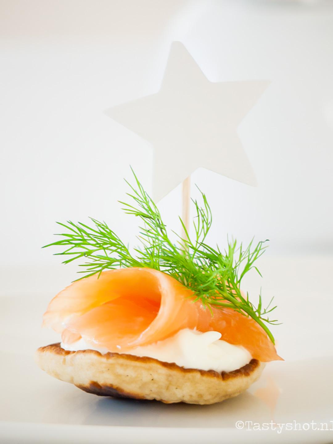 Recept voor Blini met mierikswortelcreme en zalm. Photography: © www.tastyshot.nl