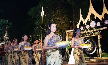 Loi Krathong 2016 celebrated traditions and was blessed by a super moon