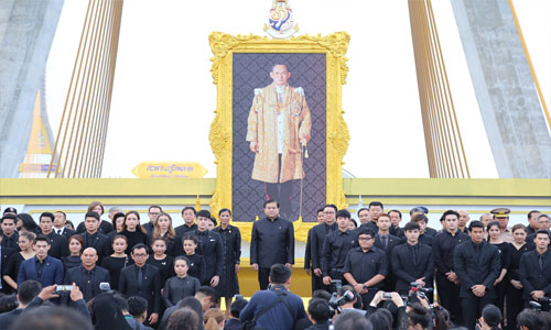 People pay respects to Late King at dawn ceremony on Bhumibol Bridge
