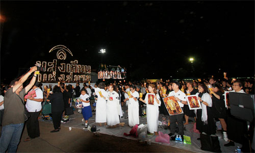 Candlelight-of-Siam-at-Sanam-Luang---People-5-500x300