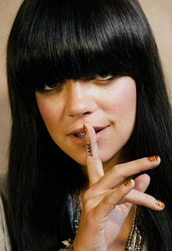 Tattoo on the finger of Lily Allen - inscription