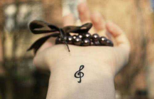Tattoo Handgelenk-Tattoo Notenschlüssel