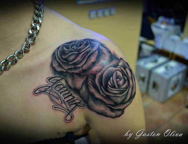 Tattoo Schulter Tattoo zwei Rosen mit Namen