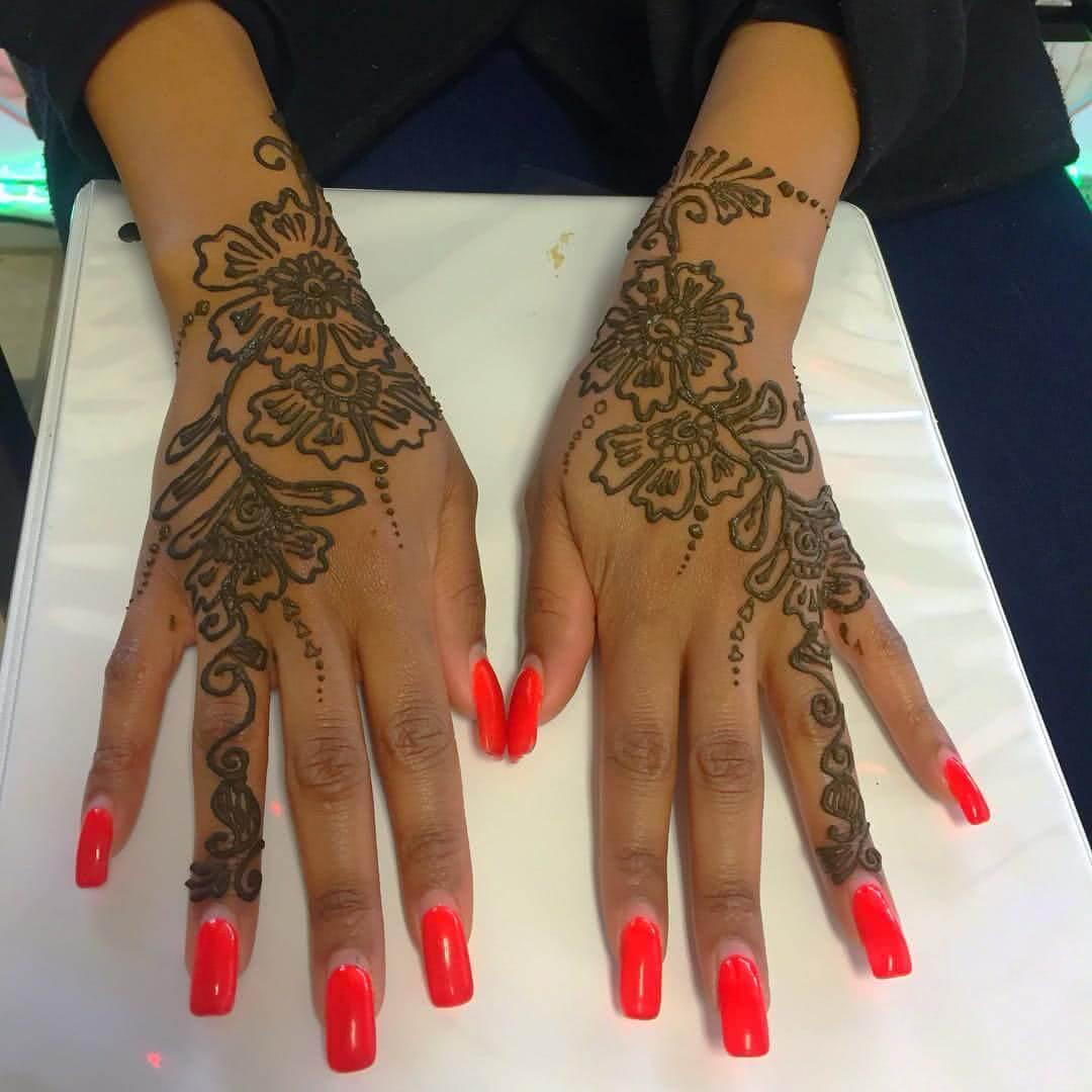 Tattoo Blumen Henna Hand und Figner