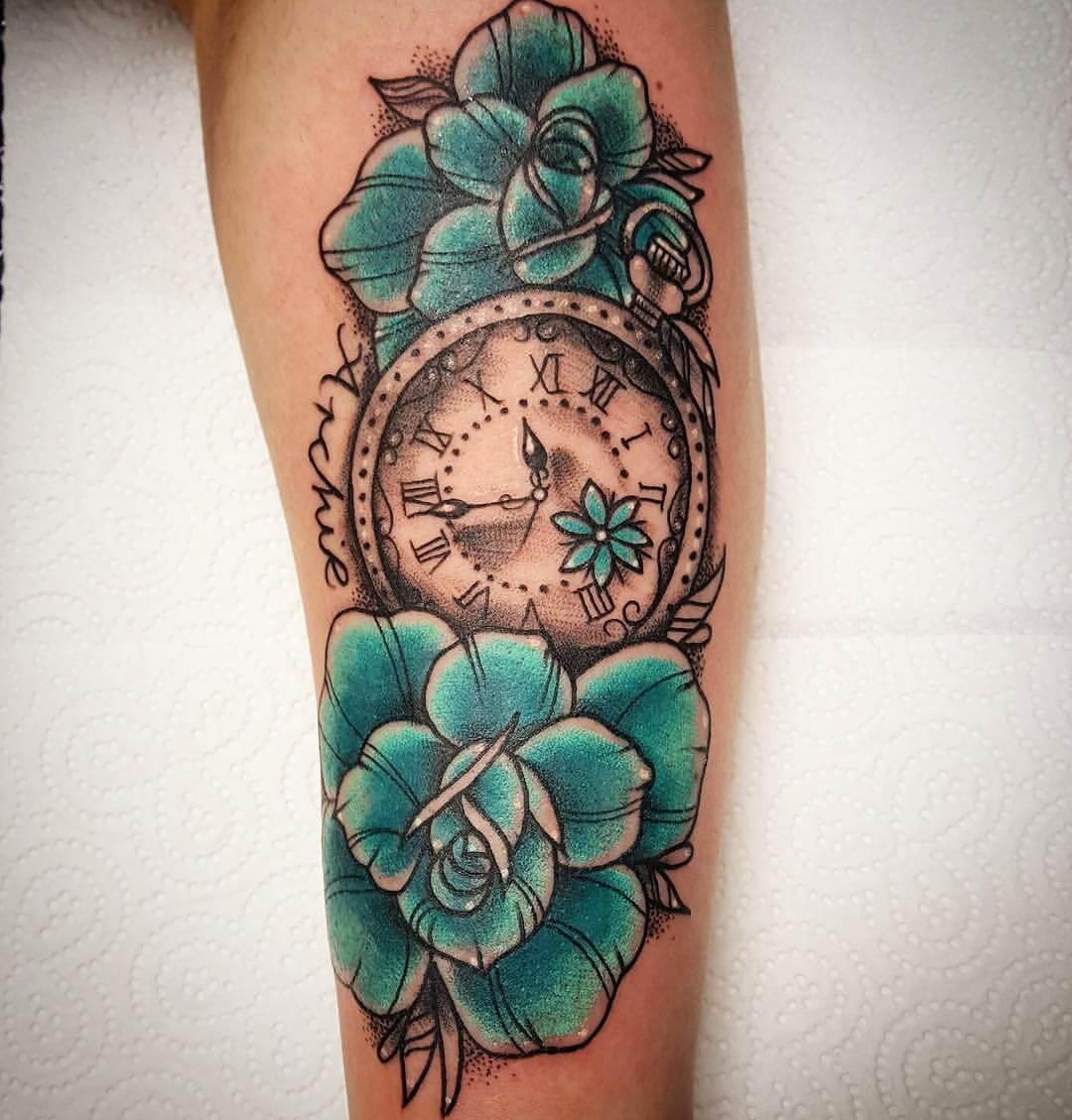 Tattoo Blumen mit Uhr