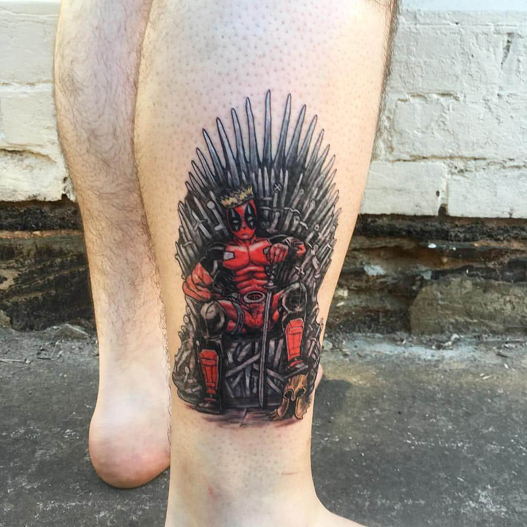 Tattoo Deadpool auf Game of Thrones Thron