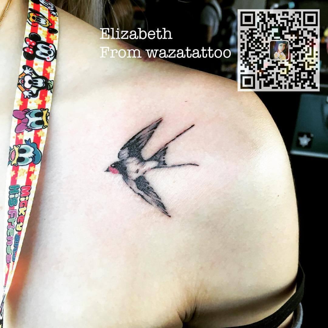 Tattoo Farbige Schwalbe auf dem Schlüsselbein