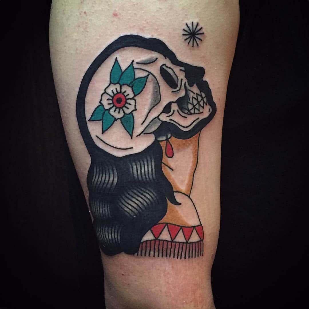 Tattoo Frau mit Totenschädel als Kopf