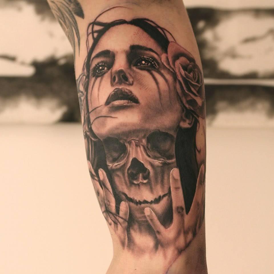 Tattoo Frau mit Totenschädel auf dem Hals