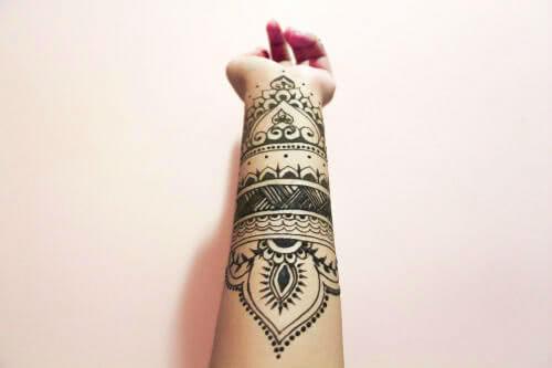 Tattoo Henna Tattoo auf dem Unterarm