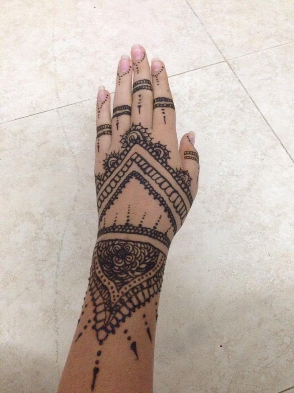 Tattoo Hennaverzierungen auf der Hand