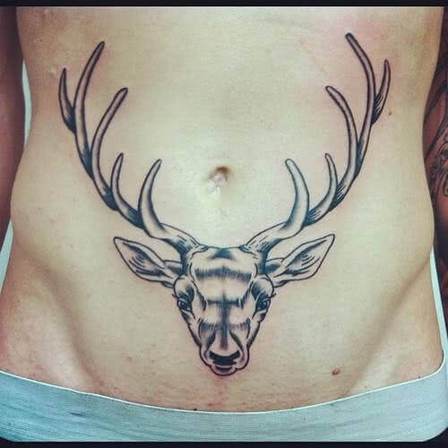 Tattoo Hirschkopf auf Bauch