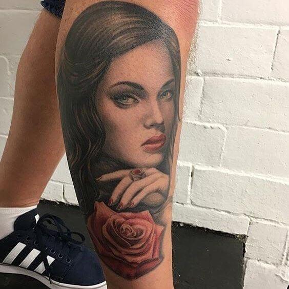 Tattoo hübsche Frau mit Rose