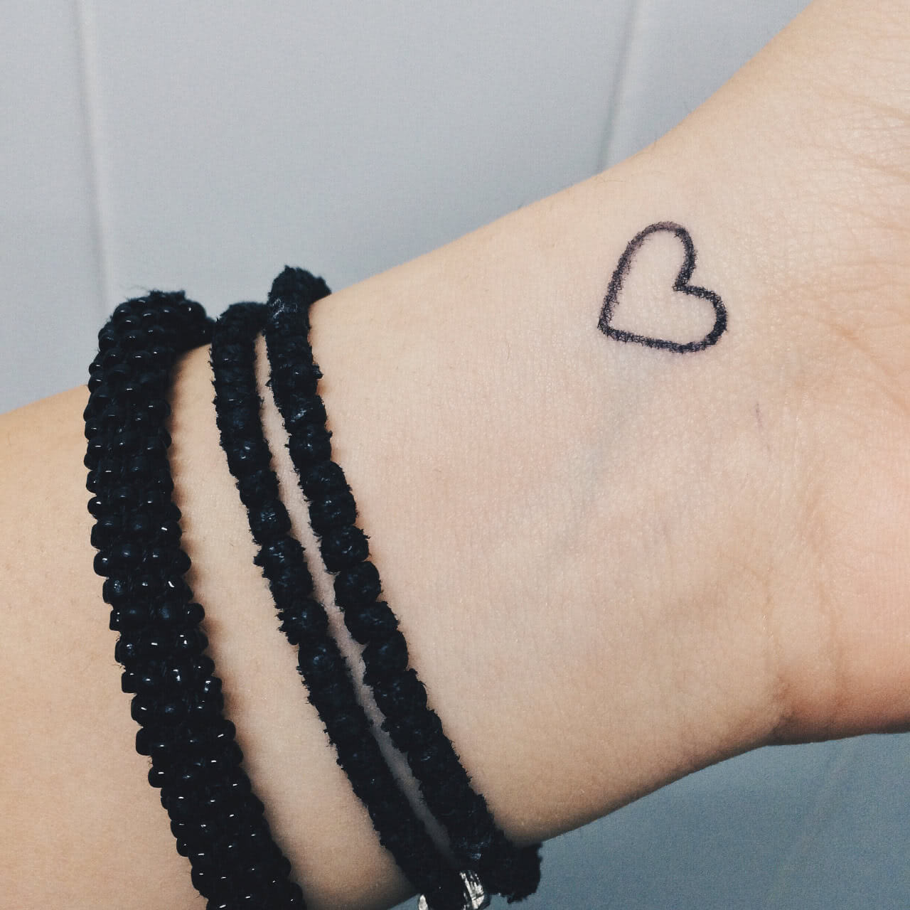 Tattoo Kleines Herz auf dem Handgelenk
