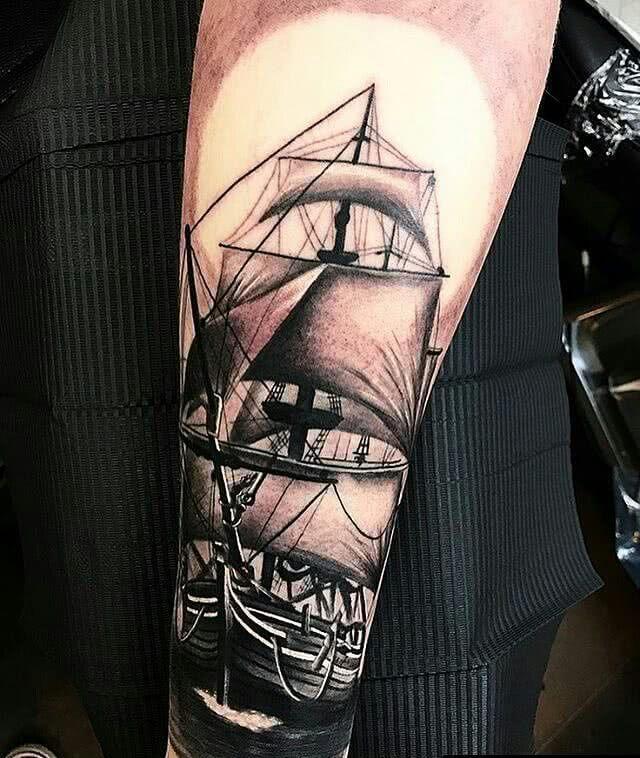 Tattoo Piratenschiff auf dem Unterarm