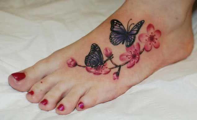 Tattoo Schmetterlinge mit Blumen