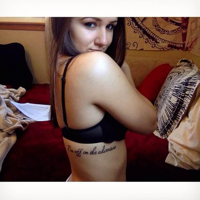 Tattoo Shreibschrift seitlicher Oberkörper